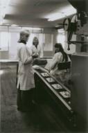 inpakmeisjes in de sodafabriek